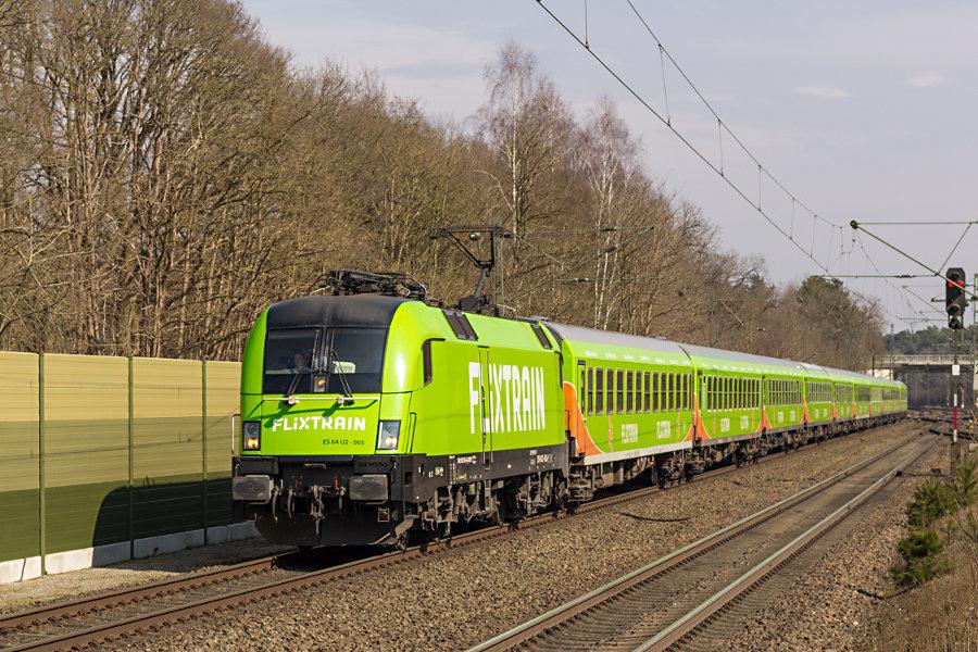 ES 64 U2-005 (182 505) durchfährt mit FlixTrain (FLX 1805) den Bahnhof Lauenbrück.