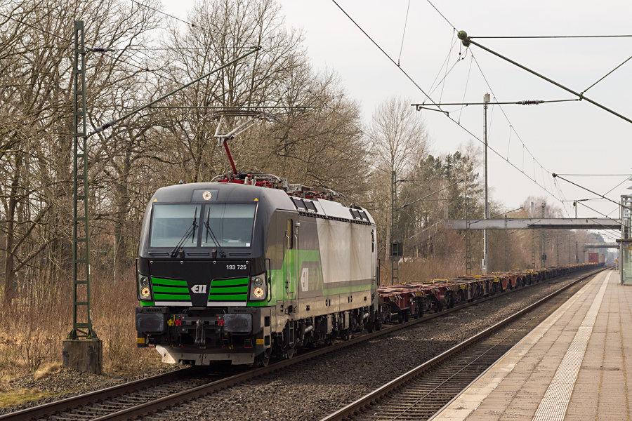 193 725 durchfährt mit einem Containerzug den Bahnhof Lauenbrück.