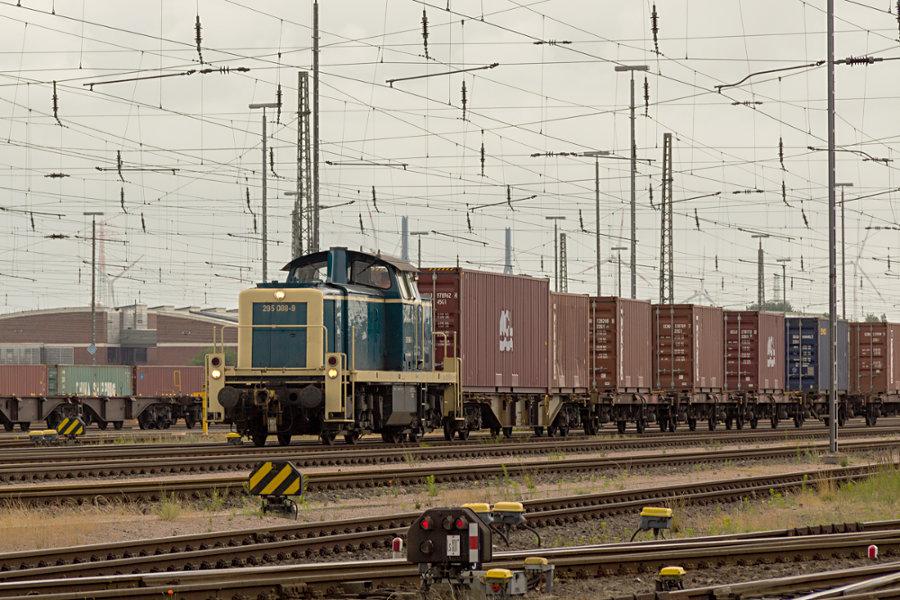295 088 rangiert im Hafenbahnhof Hamburg Süd.