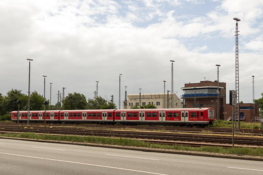 S-Bahn Einheit 228 (472 028/473 028/472 528) abgestellt im Hafenbahnhof Hamburg Süd.