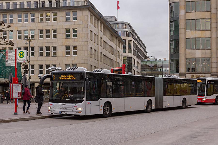 VHH 1801 auf der Metrobus-Linie 3 an der Haltestelle Rathausmarkt.