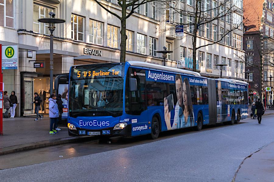 HHA 4605 auf der wegen des SEVs verlängerten Metrobus-Linie 5 an der Haltestelle Gerhart-Hauptmann-Platz.