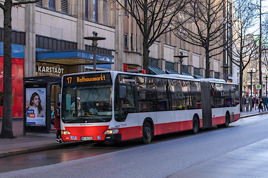 HHA 7319 auf der Metrobus-Linie 17 an der Haltestelle Gerhart-Hauptmann-Platz.