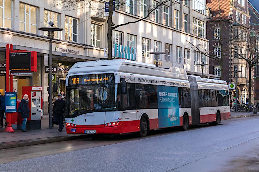 HHA 7491 auf der Linie 109 an der Haltestelle Gerhart-Hauptmann-Platz.