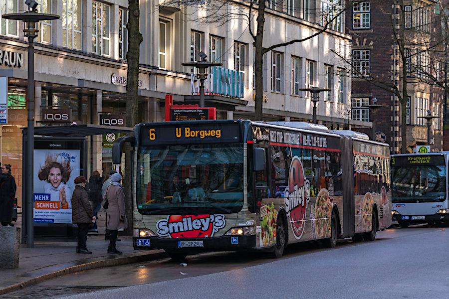 HHA 7905 auf der Metrobus-Linie 6 an der Haltestelle Gerhart-Hauptmann-Platz.