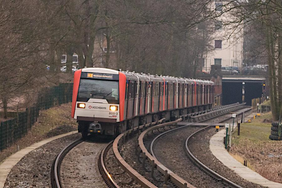 Ein DT 3 E 9-Wagen-Zug aus den Einheiten 910, 891 und 805 auf der Linie U3 bei der Einfahrt in die Haltestelle Uhlandstraße.