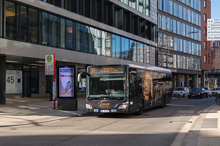 HHA 6702 auf der Schnellbus-Linie 37 in der Straße Großen Burstah.