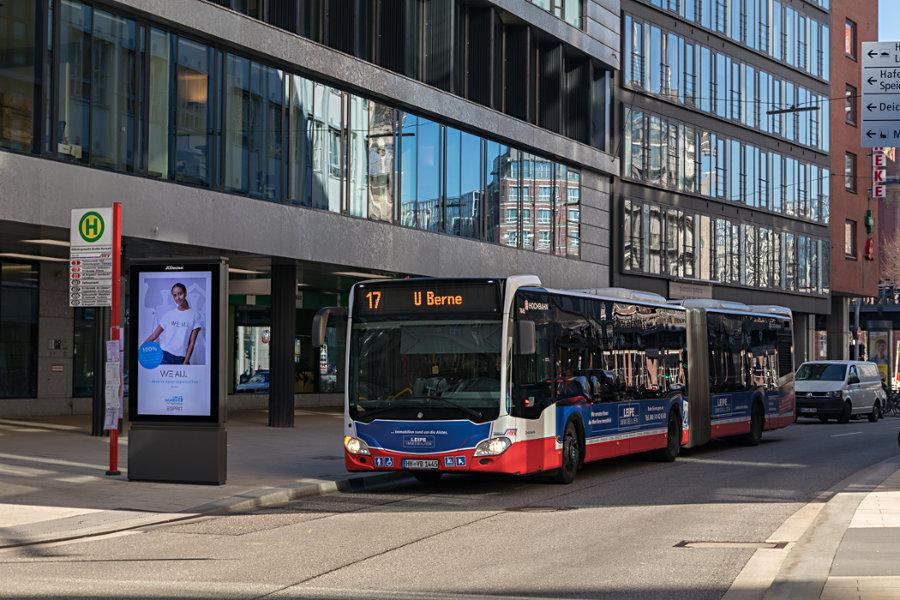 HHA 7445 auf der Metrobus-Linie 17 an der Haltestelle U Rödingsmarkt (Großer Burstah).