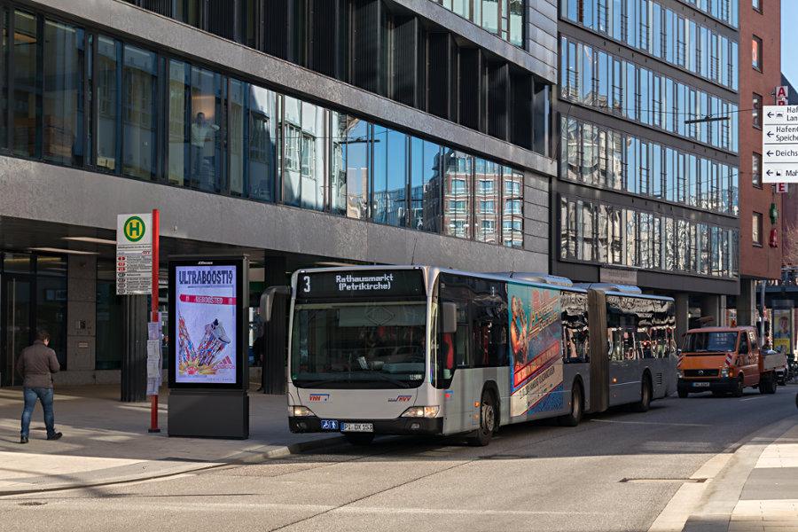 VHH 1250 auf der Metrobus-Linie 3 an der Haltestelle U Rödingsmarkt (Großer Burstah).
