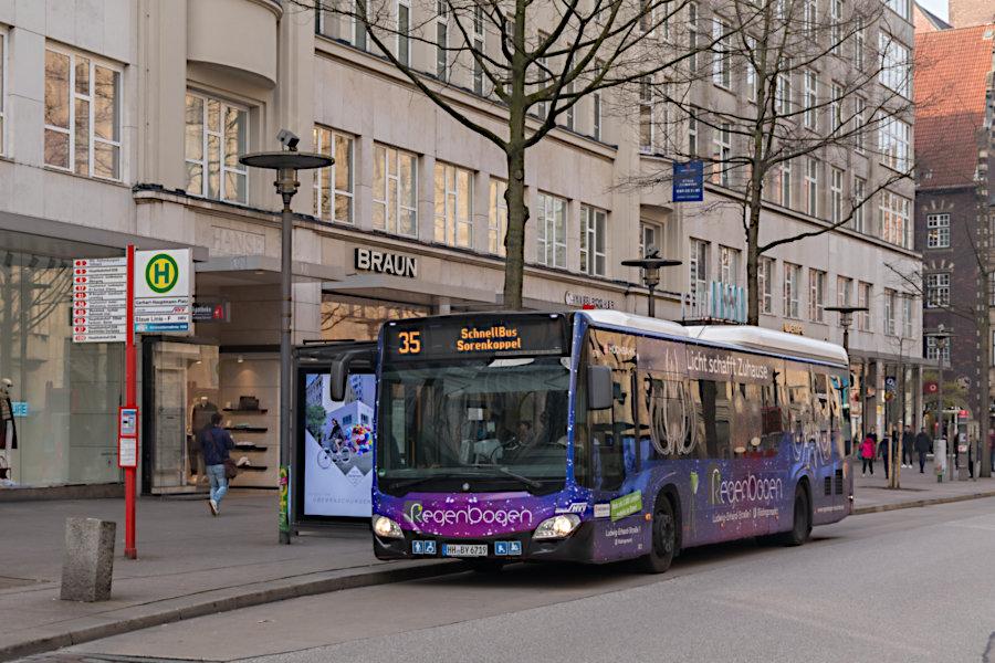 HHA 6719 auf der Schnellbus-Linie 35 an der Haltestelle Gerhart-Hauptmann-Platz.