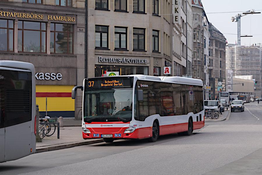 HHA 6954 auf der Schnellbus-Linie 37 an der Haltestelle Rathausmarkt.