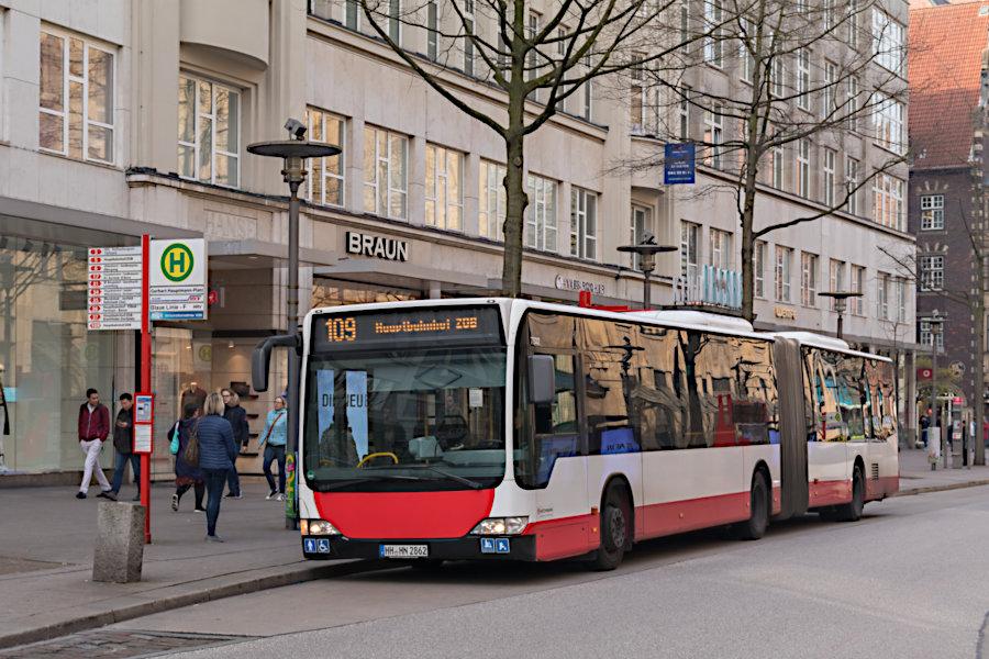 HHA 7862 auf der Linie 109 an der Haltestelle Gerhart-Hauptmann-Platz.