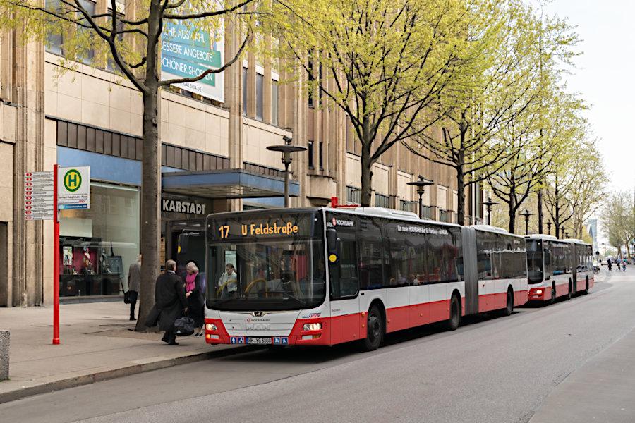 HHA 3808 auf der Metrobus-Linie 17 und 7520 auf der Metrobus-Linie 6 an der Haltestelle Gerhart-Hauptmann-Platz.