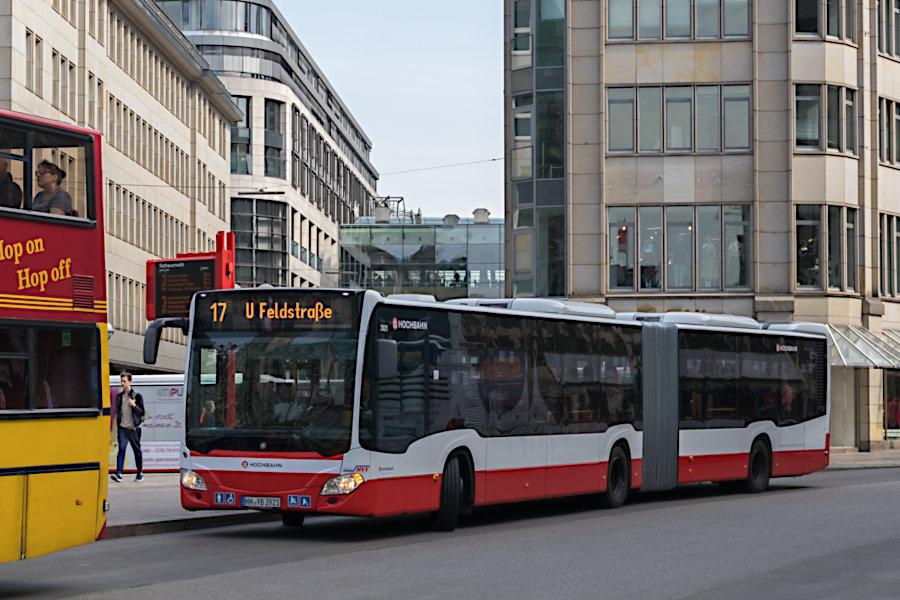 HHA 3921 auf der Metrobus-Linie 17 an der Haltestelle Rathausmarkt.