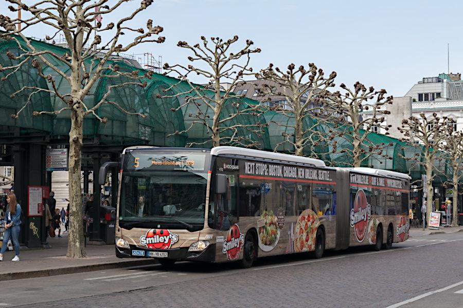 HHA 4707 auf der Metrobus-Linie 5 an der Haltestelle Rathausmarkt.