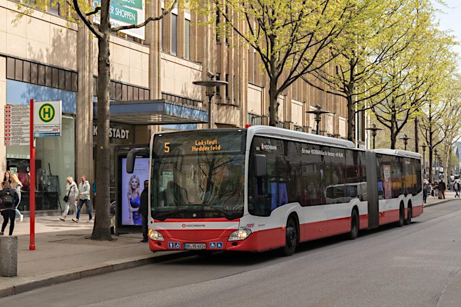 HHA 4814 auf der Linie 5 an der Haltestelle Gerhart-Hauptmann-Platz.