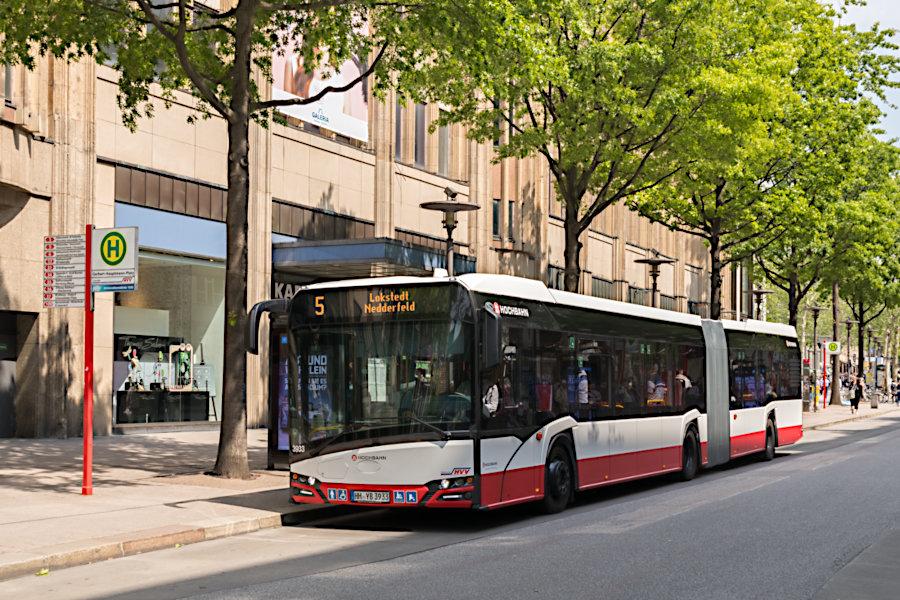 HHA 3933 auf der Metrobus-Linie 5 an der Haltestelle Gerhart-Hauptmann-Platz.