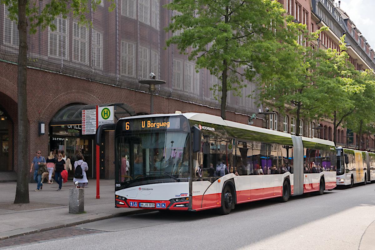 HHA 3935 auf der Metrobus-Linie 6 an der Haltestelle Hauptbahnhof/Mönckebergstraße.