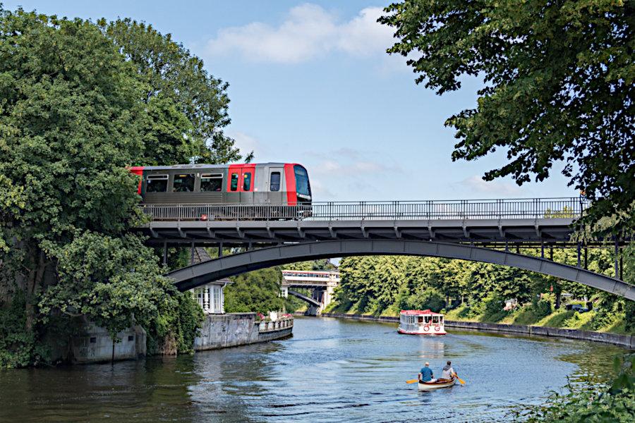 DT 5 319 auf der Brücke über den Alsterlauf am Leinpfad.