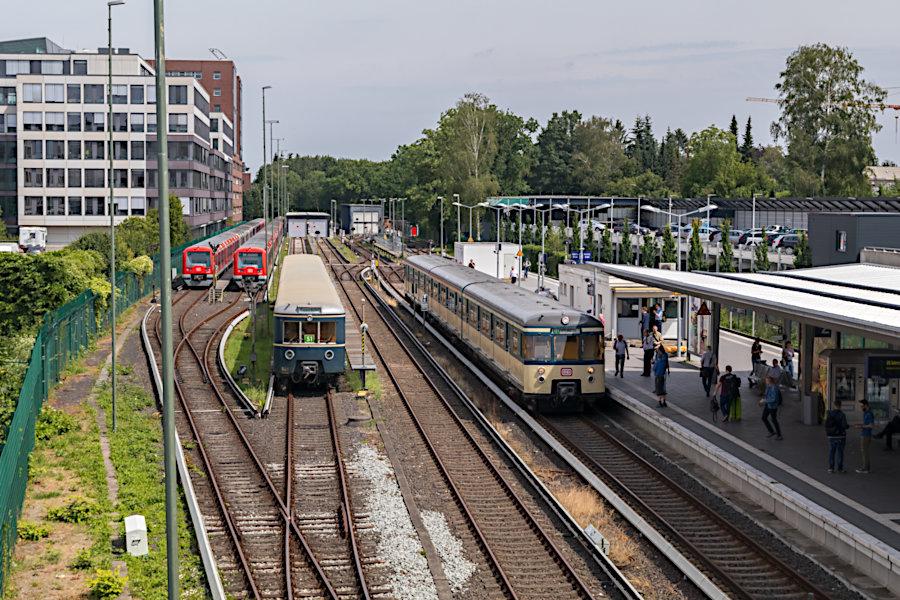 ET 170 128 und ET 171 082 der Historischen S-Bahn Hamburg e.V. (HiSH) zum 20-jährigen Jubiläum des Vereins im S-Bahnhof Poppenbüttel.