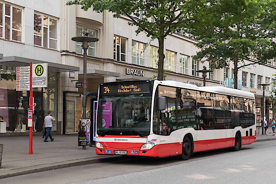 HHA 6801 auf der Schnellbus-Linie 34 an der Haltestelle Gerhart-Hauptmann-Platz.