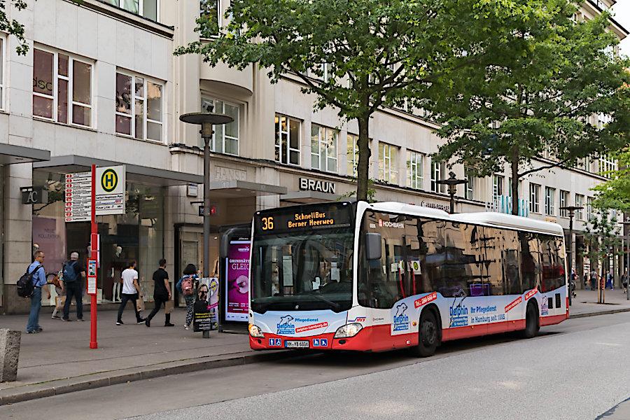 HHA 6806 auf der Schnellbus-Linie 36 an der Haltestelle Gerhart-Hauptmann-Platz.