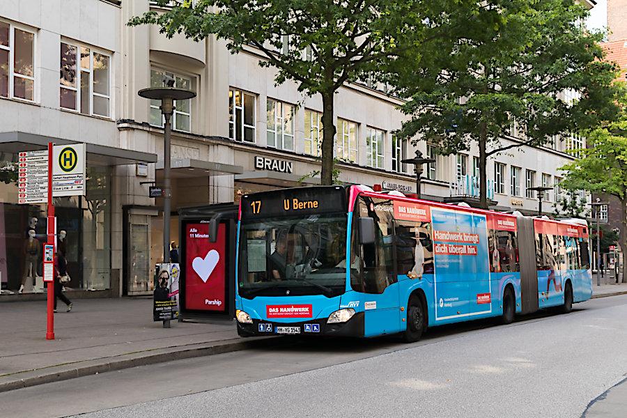 HHA 7523 auf der Metrobus-Linie 17 an der Haltestelle Gerhart-Hauptmann-Platz.