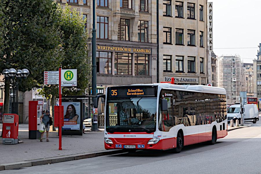 HHA 6963 auf der Schnellbus-Linie 35 an der Haltestelle Rathausmarkt.