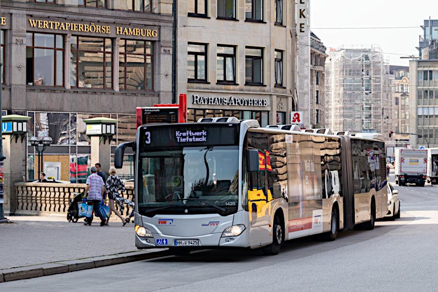 VHH 1425 auf der Metrobus-Linie 3 an der Haltestelle Rathausmarkt.