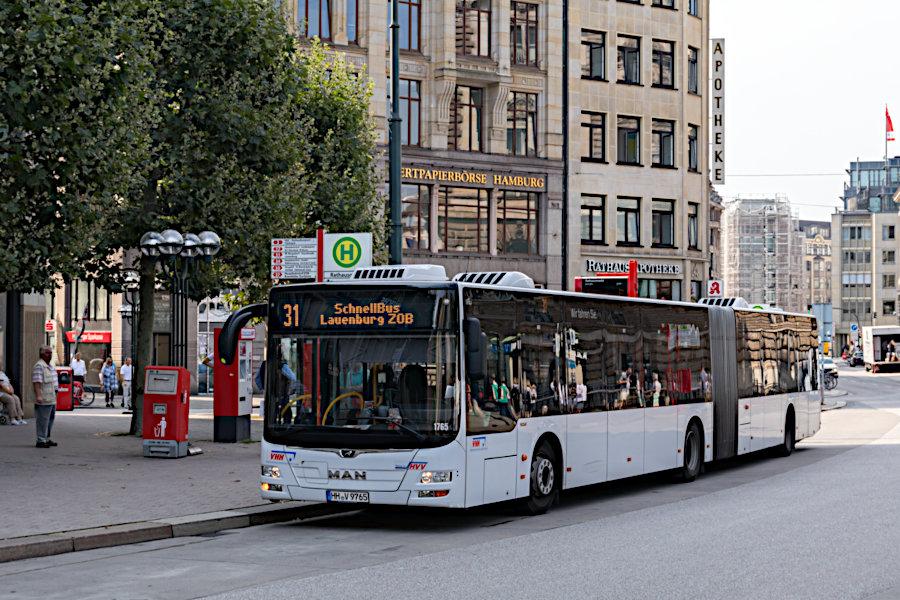 VHH 1765 auf der Schnellbus-Linie 31 an der Haltestelle Rathausmarkt.