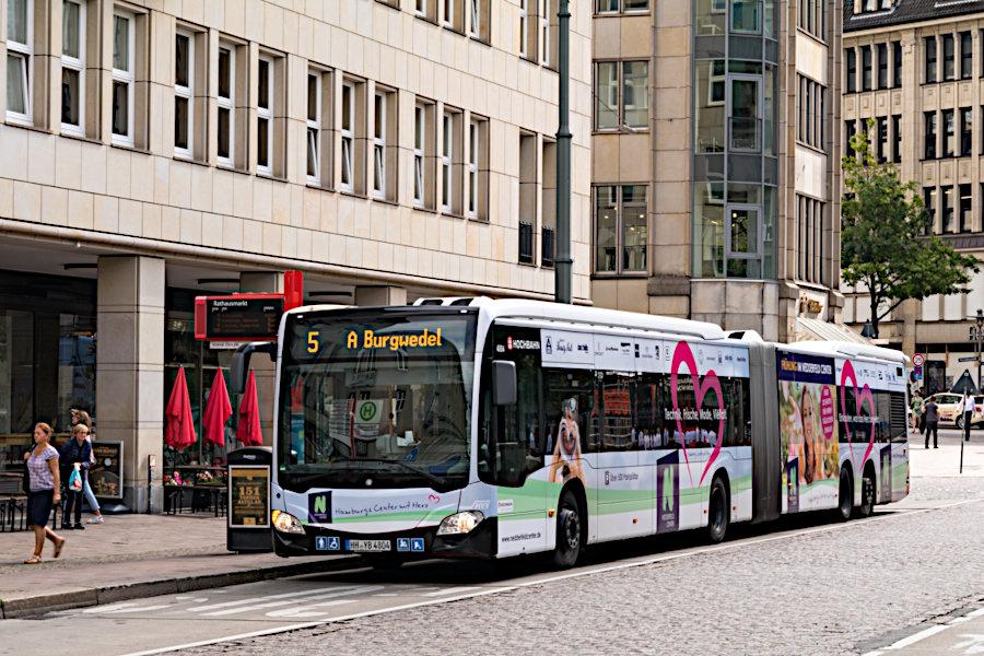 HHA 4804 auf der Metrobus-Linie 5 an der Haltestelle Rathausmarkt.