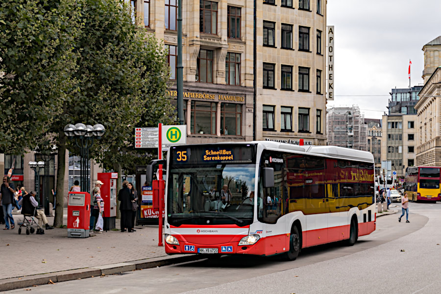 HHA 6720 auf der Schnellbus-Linie 35 an der Haltestelle Rathausmarkt.