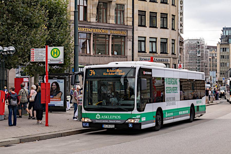 HHA 6931 auf der Schnellbus-Linie 34 an der Haltestelle Rathausmarkt.