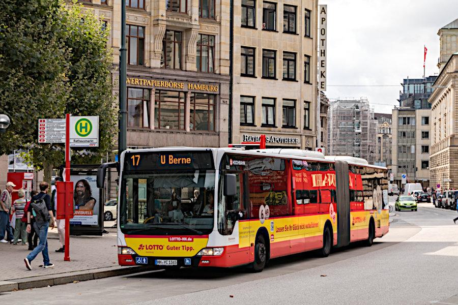 HHA 7325 auf der Metrobus-Linie 17 an der Haltestelle Rathausmarkt.