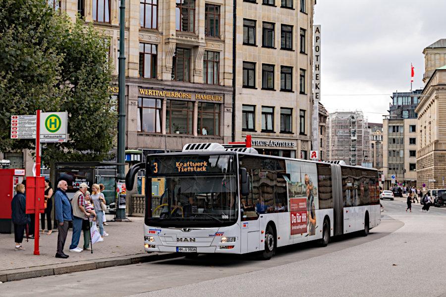 VHH 1806 auf der Metrobus-Linie 3 an der Haltestelle Rathausmarkt.
