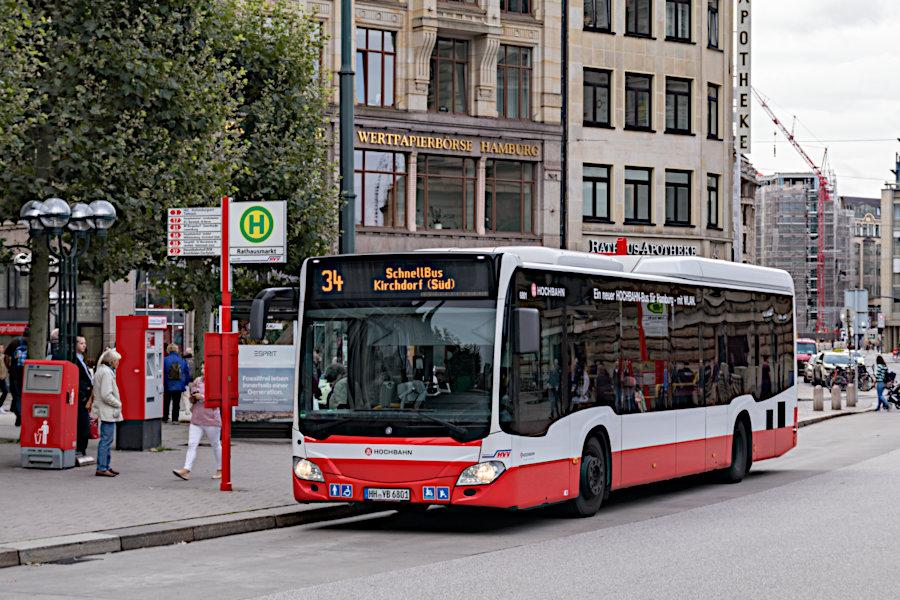 HHA 6801 auf der Schnellbus-Linie 34 an der Haltestelle Rathausmarkt.