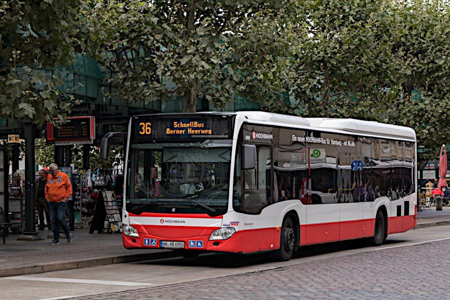 HHA 6950 auf der Schnellbus-Linie 36 an der Haltestelle Rathausmarkt.