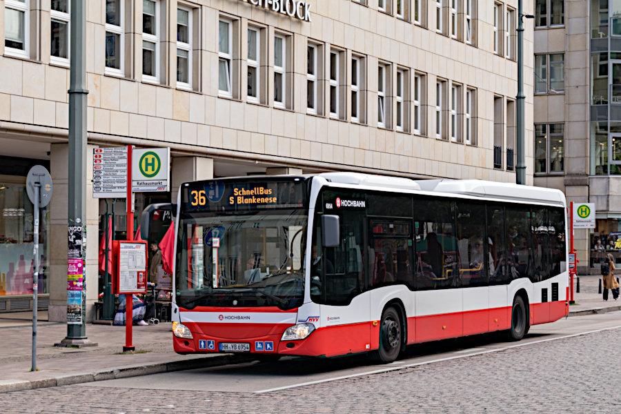 HHA 6954 auf der Schnellbus-Linie 36 an der Haltestelle Rathausmarkt.