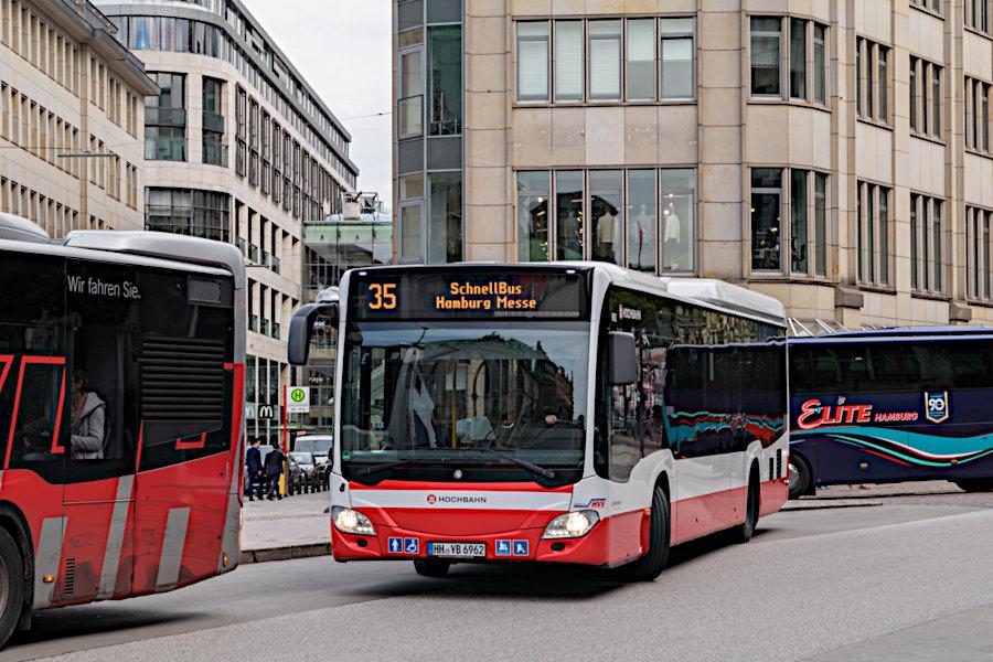 HHA 6962 auf der Schnellbus-Linie 35 an der Haltestelle Rathausmarkt.