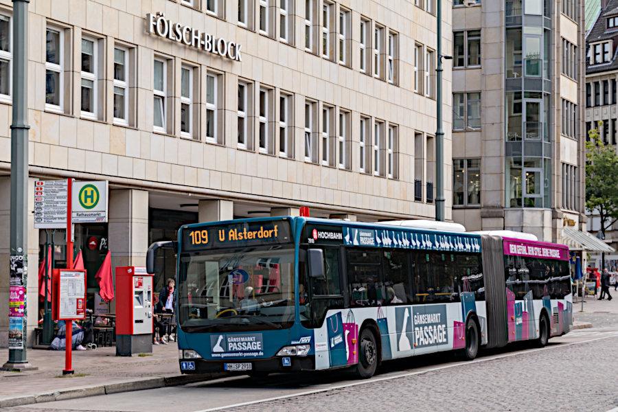 HHA 7918 auf der Linie 109 an der Haltestelle Rathausmarkt.