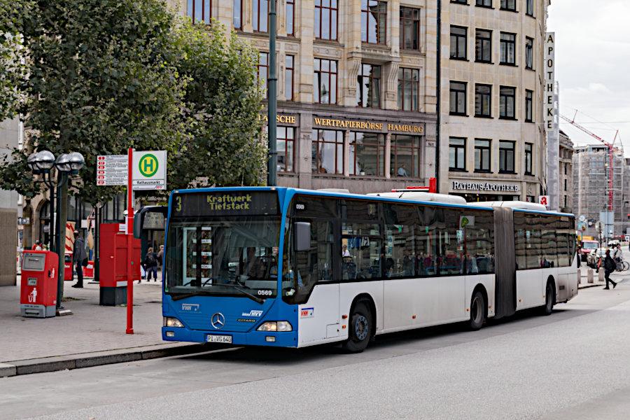 VHH 0569 auf der Metrobus-Linie 3 an der Haltestelle Rathausmarkt.