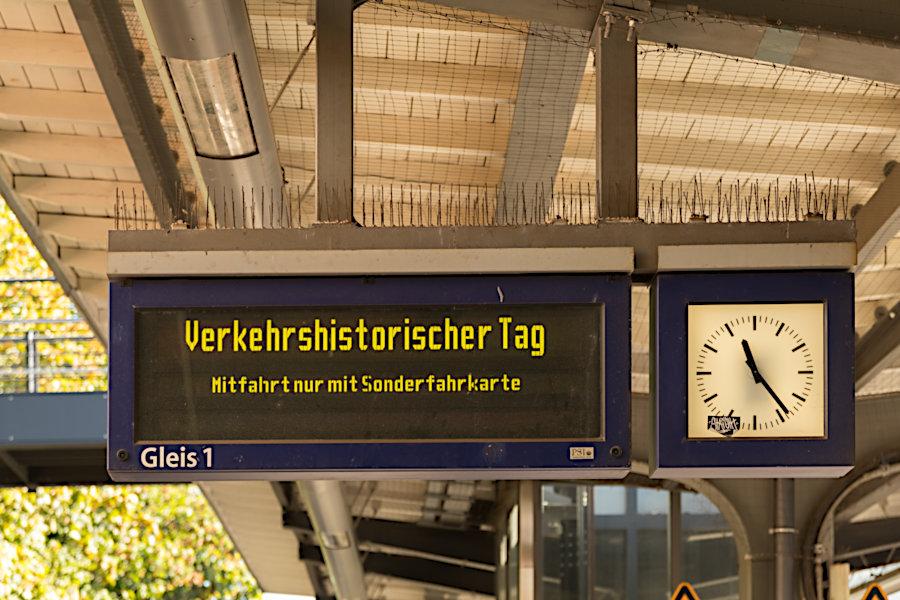 Anzeiger der S-Bahn auf dem Bahnsteig im Bahnhof Hasselbrook zum 19. Verkehrshistorischen Tag 2019.