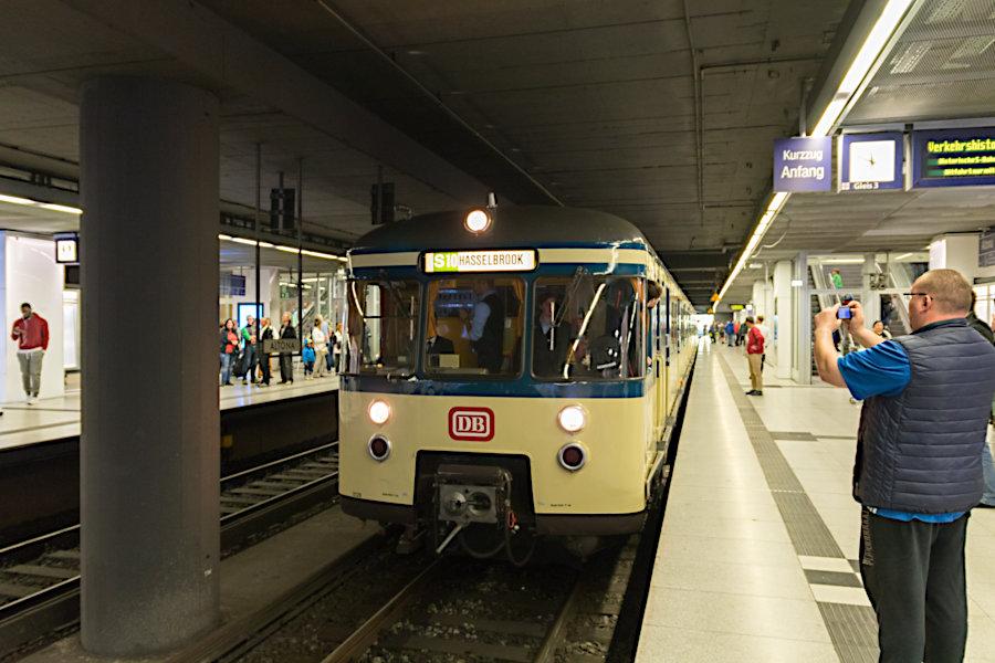 470 128 der HiSH beim 19. Verkehrshistorischen Tag 2019 im S-Bahnhof Altona.