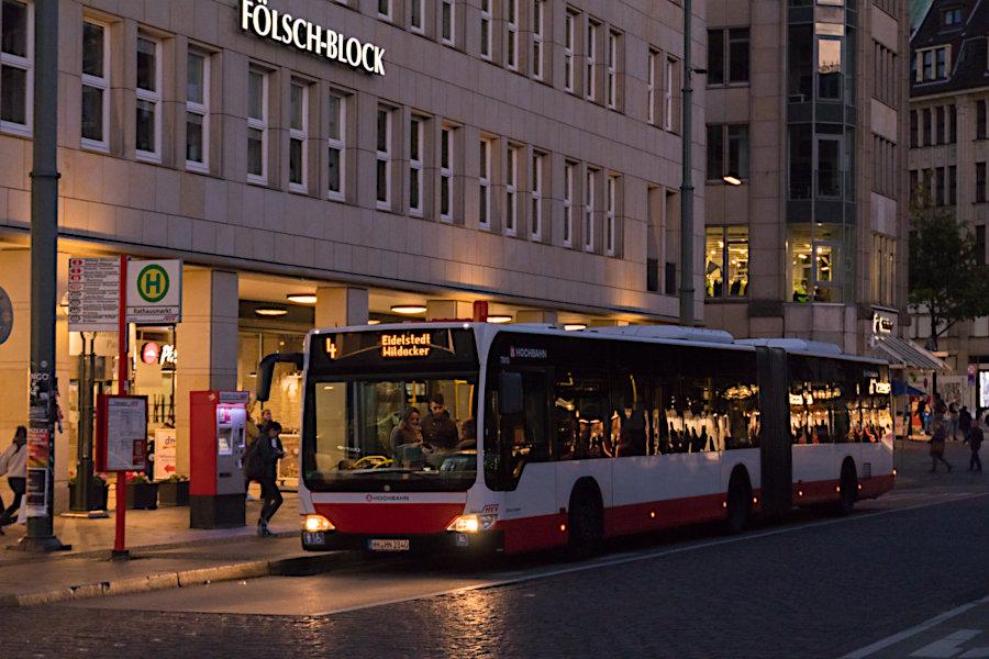 HHA 7810 auf der Metrobus-Linie 4 an der Haltestelle Rathausmarkt.
