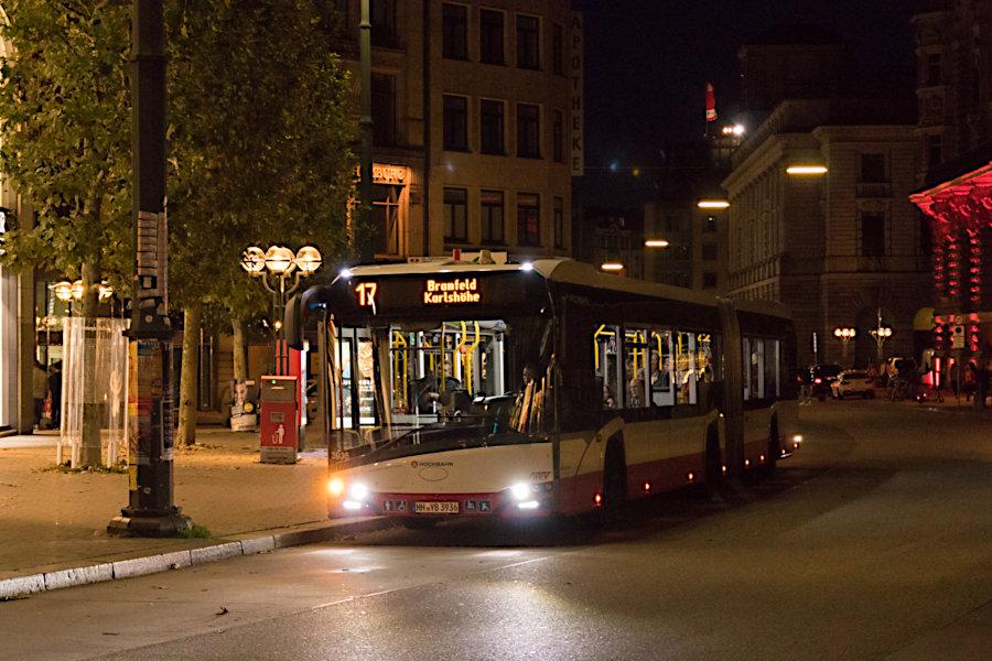 HHA 3936 auf der Metrobus-Linie 17 an der Haltestelle Rathausmarkt.