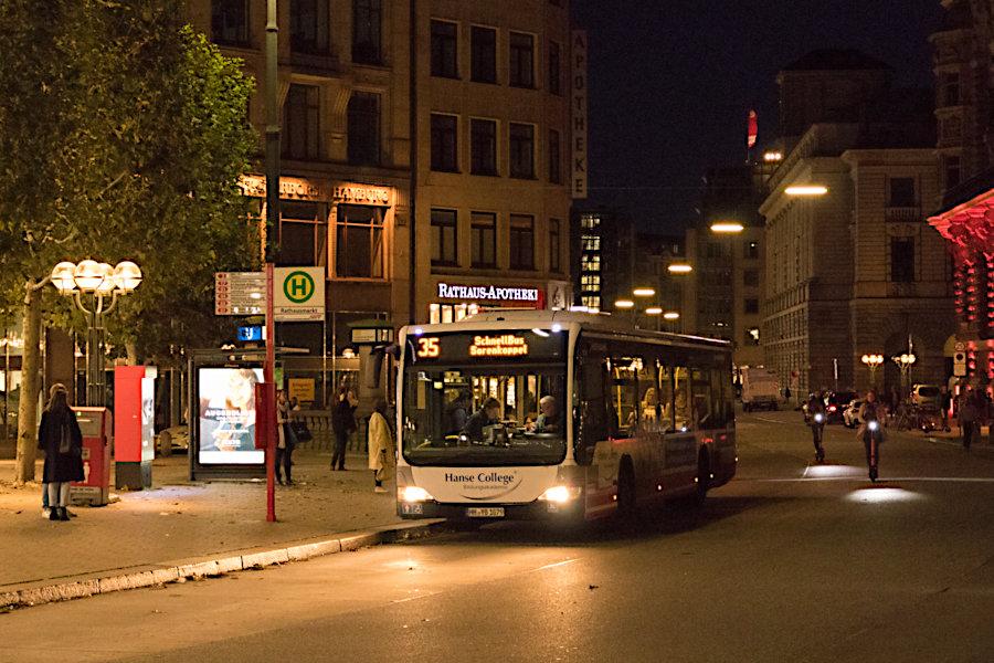 HHA 6019 auf der Schnellbus-Linie 35 an der Haltestelle Rathausmarkt.