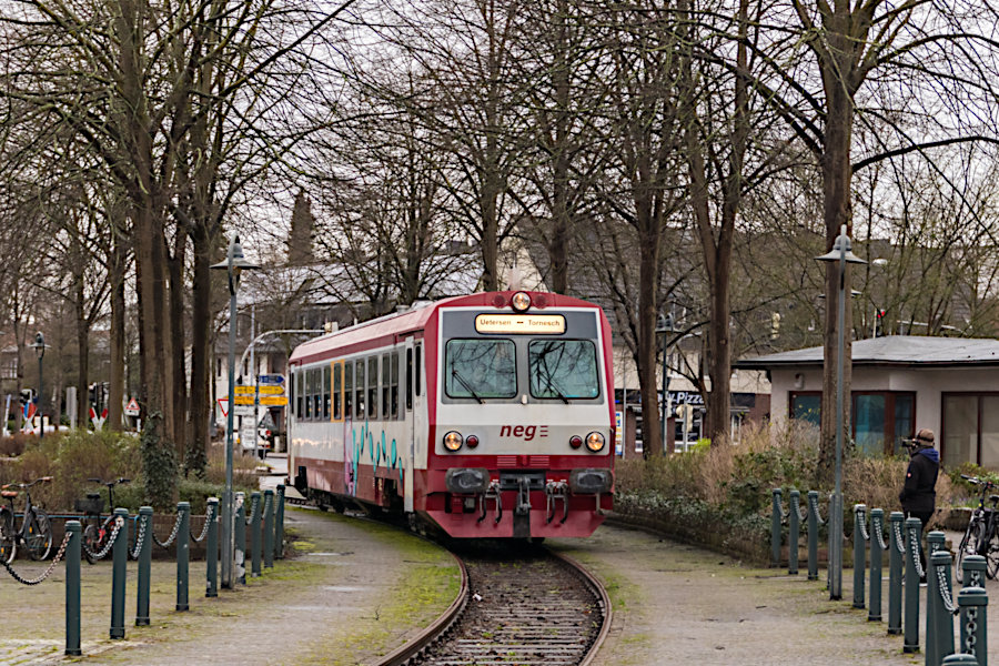 neg T4 während >>Schienenpersonenverkehr als Testphase im Februar 2020<< bei der Einfahrt auf den Bahnhofsvorplatz in Tornesch.