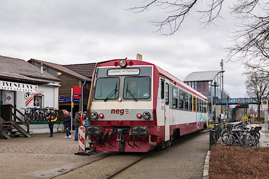 neg T4 während >>Schienenpersonenverkehr als Testphase im Februar 2020<< auf dem Bahnhofsvorplatz in Tornesch.