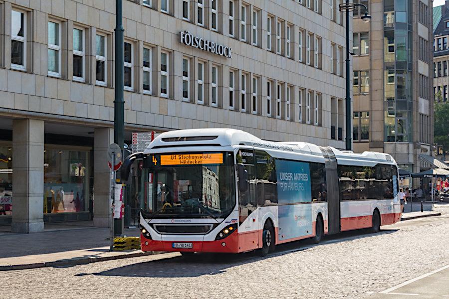 HHA 7483 auf der Metrobuslinie 4 - mit SEV Sonderziel - an der Haltestelle Rathausmarkt.