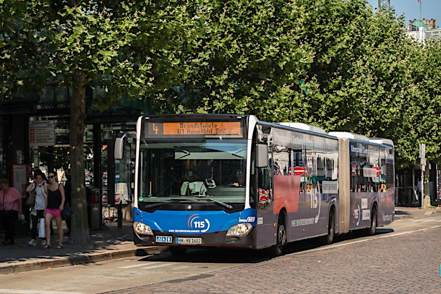 HHA 7622 auf der Metrobuslinie 4 - mit SEV Sonderziel - an der Haltestelle Rathausmarkt.